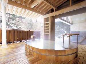 雪景色を見ながらの露天風呂は格別です。