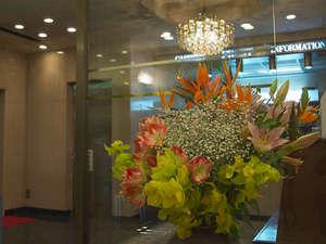 ☆ロビーの生け花☆ロビーの生花でお出迎え。毎週季節の花を生けています。