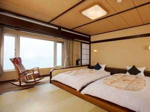 【和風ツイン】窓辺には畳の小上がりスペースがございます