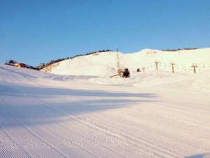 ハイパーボウル東鉢スキー場は横幅の広いゲレンデで、親子連れでのスキーにはもってこい!