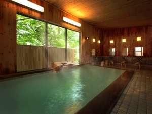 4階にある強酸性硫黄泉自噴自家源泉100%掛け流しの大浴場(24時間入浴可能清掃時間を除く)
