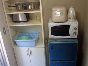 *冷蔵庫、炊飯器、電子レンジ、トースター、調理器具一式、食器を完備!