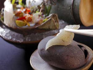 ◆【平目の焼霜造り】は、焼いた石に厚く切った平目のお刺身をサッと炙っていただく。