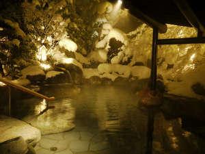 「ゆめの湯」露天岩風呂 屋根の下で雪見風呂
