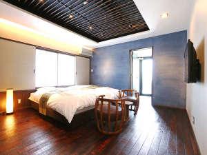 部屋風呂付リニューアル和室 うるし塗りの床と壁の一角には大津磨きの壁があります。