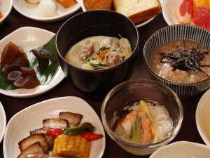 奈良県産ポークの鉄板焼、三輪そうめん、奈良漬け等、ご当地メニューを多数ご用意しております。