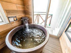 【客室半露天風呂】寒暖差が激しい草津温泉に対応した窓の開閉が自由な半露天風呂をご用意