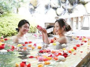 【ばら妃乃湯】毎日15時~22時。バラの香りに包まれて優雅なひとときを♪