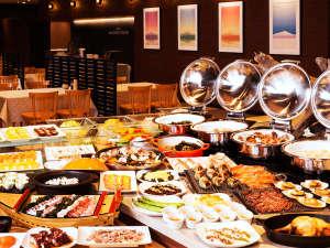 北の味覚、雲丹や蟹をはじめ利尻昆布を使った海の幸、新鮮な野菜等60品目以上の夕食ビュッフェ。