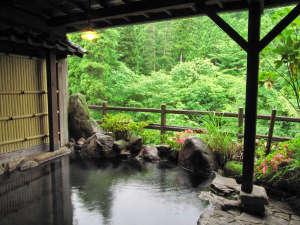 <露天岩風呂>四季の移ろいを眺めながら渓流の音に癒されます。