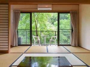 *【和室10畳】お部屋の中にいても感じられる九重の自然