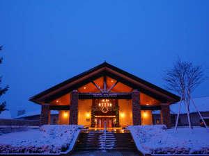 【エントランス(冬)】冬のエントランスは雪と光で幻想的な雰囲気。