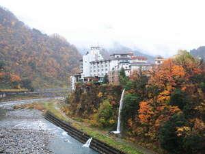 川と山に囲まれた自然豊かな場所にあります。