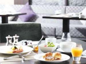 ご朝食はレストラン「シンフォニー」で。ブッフェスタイルでお楽しみいただけます。