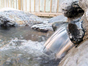*露天風呂/とろみのあるアルカリ性単純温泉。源泉かけながしの湯がたっぷりと注がれています!