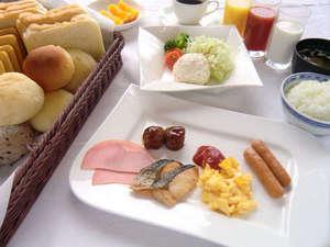 朝食はバイキング形式です。(感染症対策のため、提供方法を変更する場合がございます)