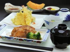 ボリューム満点の日替わり定食の一例◆魚の煮付けと天ぷらの定食
