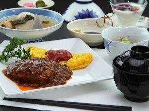 定食ボリューム満点の日替わり定食の一例◆ハンバーグとオムレツの洋風定食
