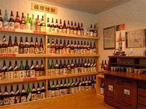 【焼酎蔵】 自慢の焼酎蔵にはオリジナルから薩摩が誇る芋焼酎など100本以上を取り揃えています