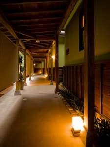 お部屋は全室離れ和の分意気が漂う回廊