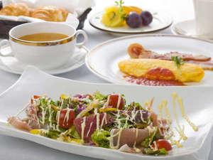 朝食は和食洋食をチョイス。洋食はオムレツやカルパッチョ、スープなど