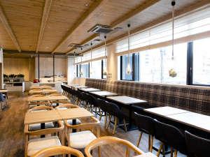 【レストラン】明るく開放的なレストランは、北国の空気感を感じられるデザインに