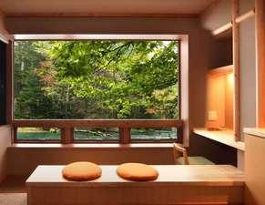 秋になると窓から見る森の景色は絵画的な彩りを見せてくれます