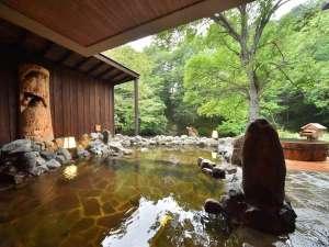 大浴場「河神の湯」に備えられた露天風呂。四季折々に変化してゆく自然をお愉しみください。