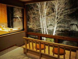 冬景色を望むリバービューシートからは自然の静(森)と動(川)を同時に感じられます。