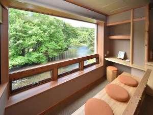 窓は手の届きそうな自然との境界線。客室は自然の奏でる音色と舞を楽しむ貴賓席。時を忘れ川に身を委ねる旅