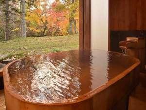 紅葉をひとり占めできる貸切の檜風呂「月の湯」。