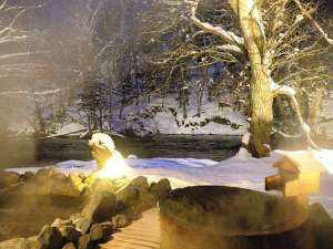 時を忘れ雪景色と川の音を聞きながら、温泉で身も心もゆだねましょう。