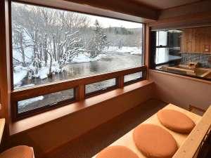 ●客室●川側からは眼前を流れる阿寒川の雪景色を堪能できる。