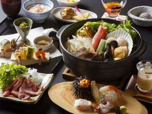 ●夕食●川を望むレストランにて、北海道の海の幸、山の幸を贅沢にあしらった和食会席。