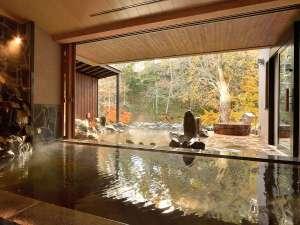 ●河神の湯●開放的な大きな窓がある大浴場。敷地内の自家源泉からのかけ流し。