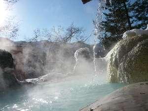 雪景色の中の露天風呂