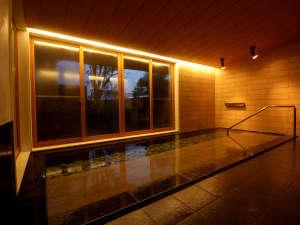 【お風呂】木の雰囲気が優しい内湯は開放的で癒やしのバスタイムを過ごして頂けます。