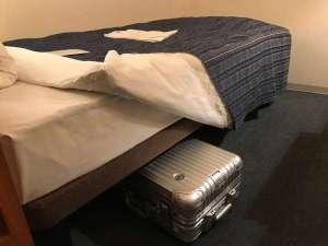 全室サータ社ベッド導入♪ベッドの下に大きめのトランクが収納できます。