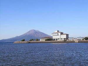 ■【外観】開放感溢れる錦江湾に面したホテルです。美しい景色と温泉をお楽しみください。