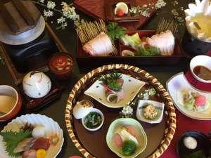 【季節の旬会席】新鮮な魚介や山の幸を使用した、料理長オススメ会席です。