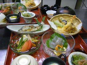 お夕食はお膳にてお出ししています。メニューは、季節によって若干、変わります。