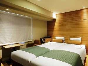 広々ツインルーム 18㎡ ベッド幅100cm 床はフローリングタイプ、お風呂とトイレが別々になっています。