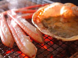 活蟹を炭火焼きで味わう。活蟹ならではの上品な美味をお楽しみいただけます