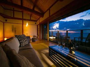【離れ客室 海鈴】大きな窓からは一面の日本海が広がる。海を眺め過ごす憧れのシチュエーションがそこに