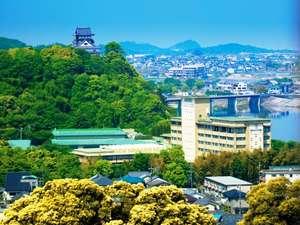 ホテルと犬山城の外観