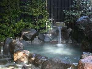 渡り廊下の先に岩露天風呂