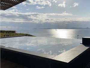 瀬戸内海の景観と一体化したインフィニティ露天風呂(女湯)