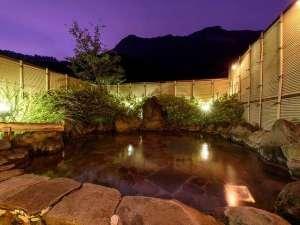 夜の露天風呂。空には満天の星空が広がります。