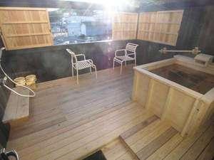 バルコニーにある露天風呂■引き戸は開閉可能です。女性の方もご安心くださいませ。