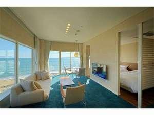 海のように爽やかなブルーの絨毯が特徴。インテリアにこだわった当館で1番グレードの高いお部屋です。